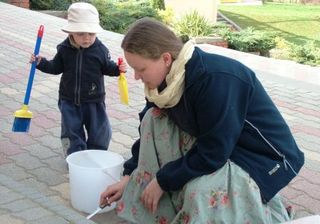 Krisna-völgy legfiatalabb lakói a besegítenek a takarításban
