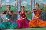 Indiai táncosnők a 2009-es Krisna-völgyi Búcsúban