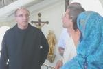 Hortobágyi T. Cirill atya kalauzolja körbe Krisna-völgy képviselőit a Pannonhalmi Bencés Főapátságban