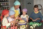 Krisna-völgy kisdiákjai édességeket készitenek