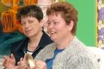 Vidám vendégek kézi cintányérokon játszanak a Krisna-völgyi Templom kulturális programján