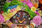 Srí Govardhana Lál a Krisna-völgyi oltáron