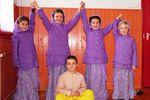 Krisna-völgyi iskolások a színes téli egyenruháikban