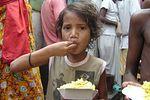 Krisna-hívők ételosztása a rászorulóknak