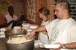 Krisna-hívők ételt osztanak Haitin