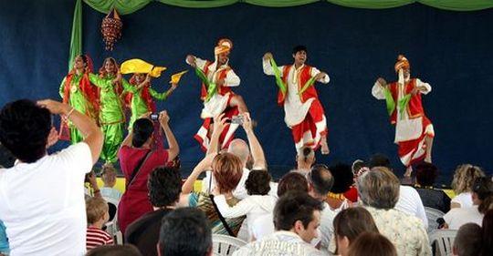 Indiai tánccsoport a Krisna-völgyi Búcsúban
