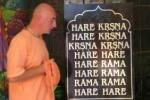 Mantrázó szerzetes Krisna-völgy templomában