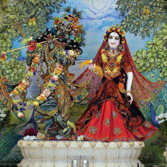 Srí Srí Rádhá-Syámasundara az oltáron