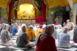 Krisna-völgy lakói a reggeli Srímad Bhágavatam előadáson vesznek részt