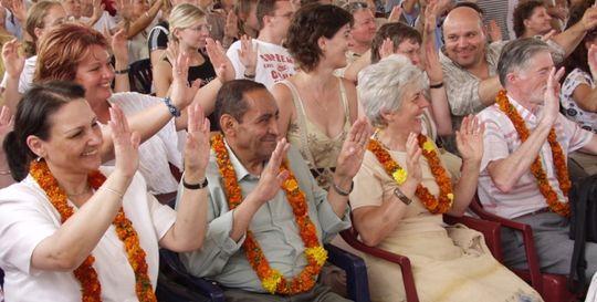 Vidám családtagok a Krisna-völgyi Búcsú indiai esküvőjén