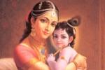 Krisna az anyukája Jasodá Dévi ölében
