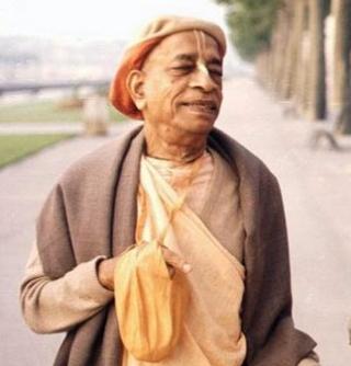 Sríla Prabhupáda -az ISKCON alapító tanítómestere- mantrázás közben