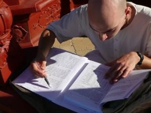 Krisna-völgyi szerzetes szanszkitul tanul