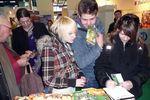 Utazás 2010 látogatói Krisna-völgy standjánál